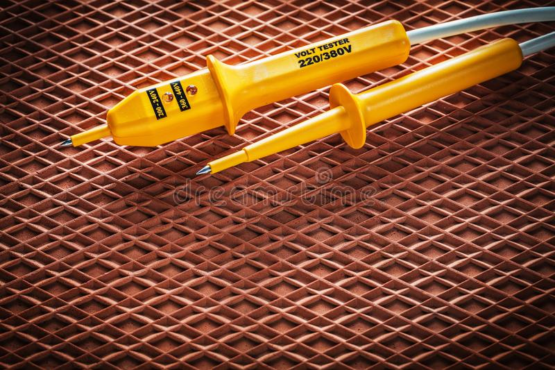 Elektrisk tester på dielectric rubber matting arkivfoto