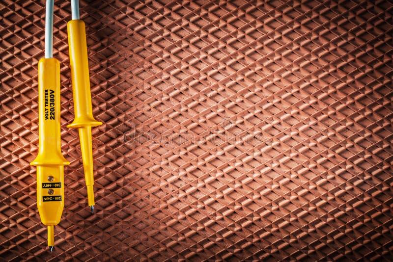 Elektrisk tester på dielectric rubber mattt elektricitetsbegrepp arkivbilder