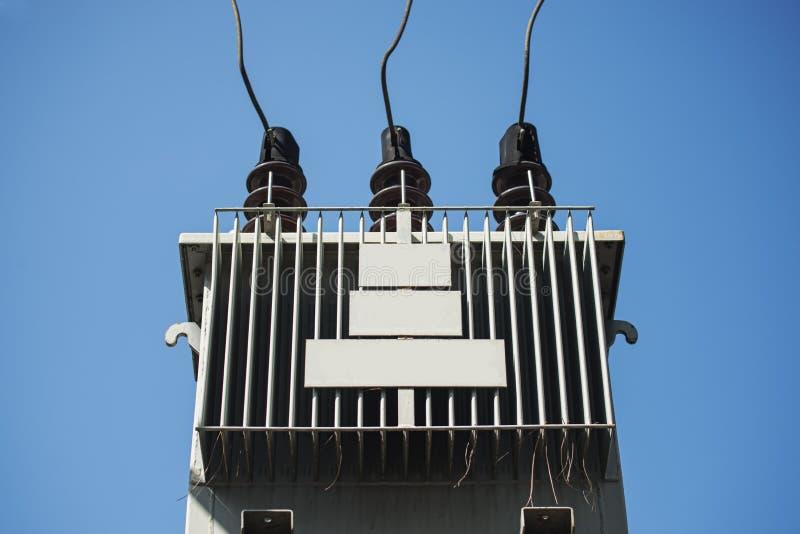 Elektrisk transformator mot blå himmel royaltyfria foton