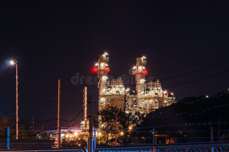 Elektrisk växt på natten fotografering för bildbyråer
