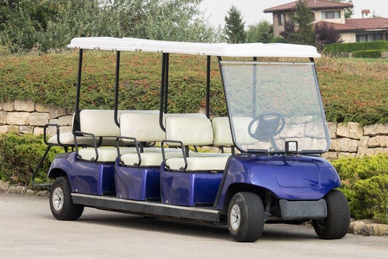 Elektrisk vagn för lång golf som parkeras på parkering Electro bil för tom plats för anslutning åtta royaltyfri fotografi