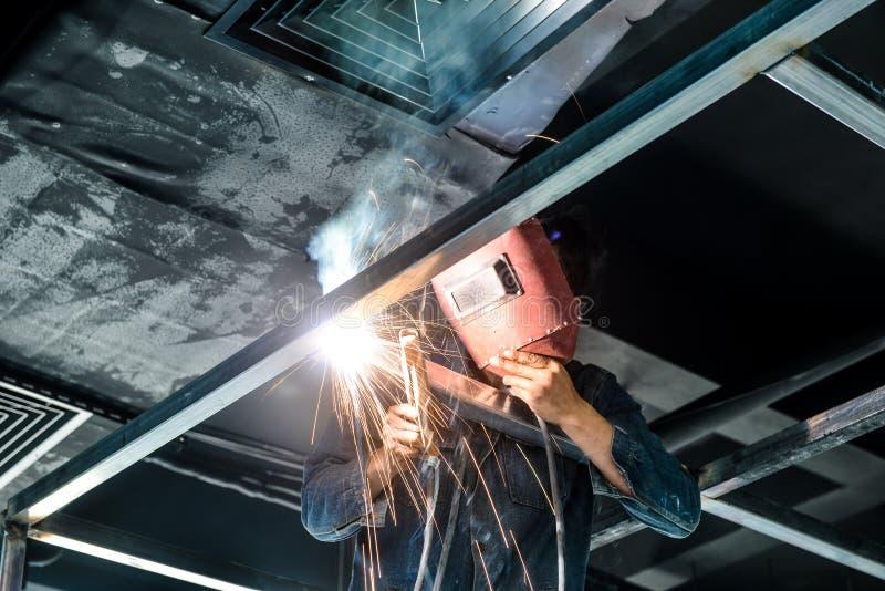 Elektrisk welder i konstruktionsplats royaltyfria bilder