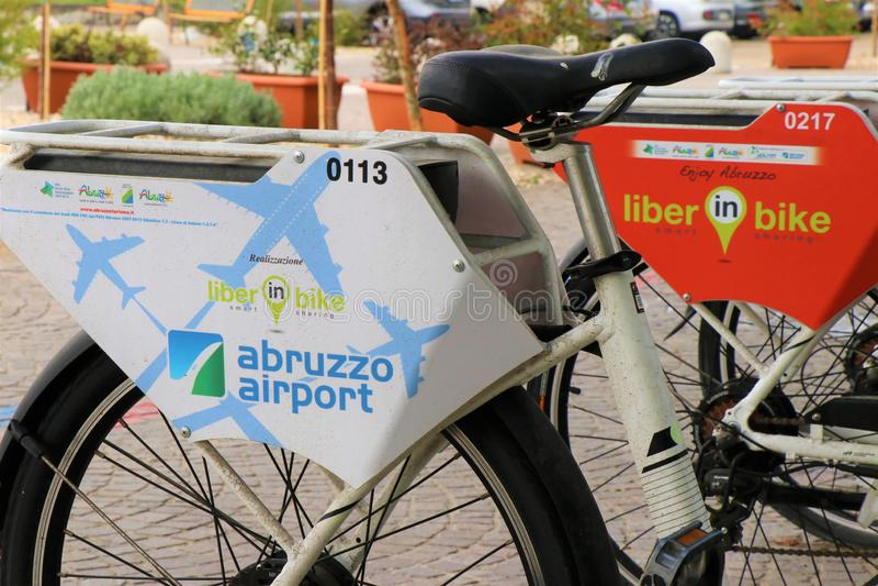 Elektriska cyklar med uppladdningsstationer arkivfoton