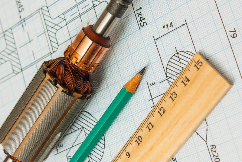 Elektriska delar och brevpapper som mäter hjälpmedel arkivbild