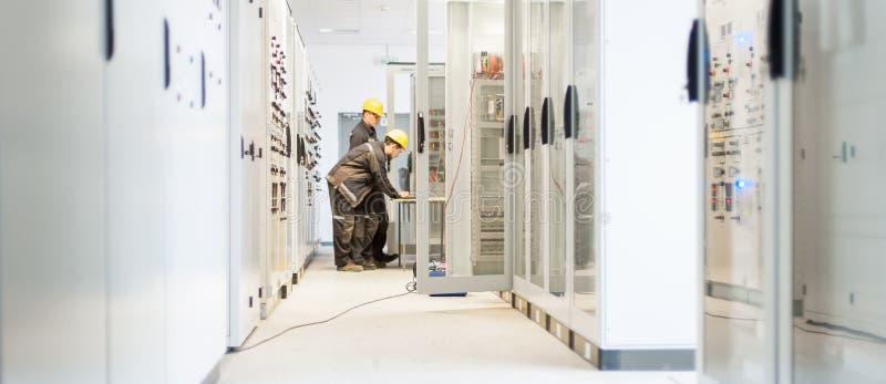 Elektriska elektronik eller kontroll för provning för besättning för fältservice arkivfoton