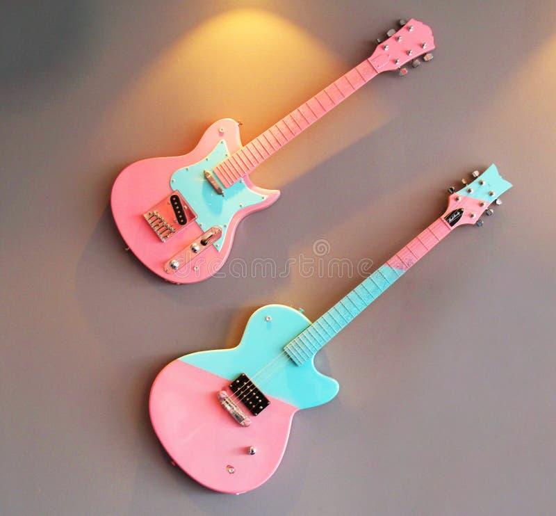 Elektriska gitarrer som hänger på väggen i matställe som en garnering arkivfoton