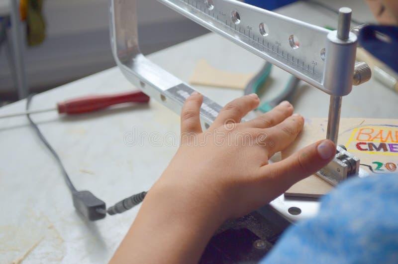 Elektriska händer för figursåg- och barn` s royaltyfri bild