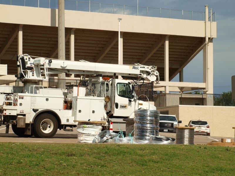 Elektriska hjälpmedel som hjälper Oncor på sjöSkotska högländernahögstadiums stadion arkivbild