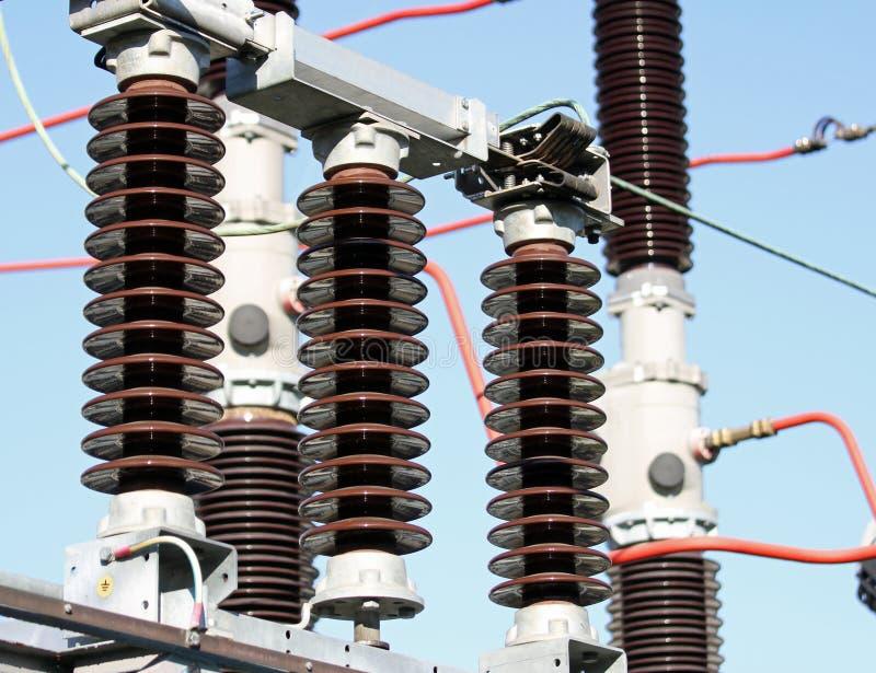 Elektriska isolatorer i enspänning kraftverk arkivfoto