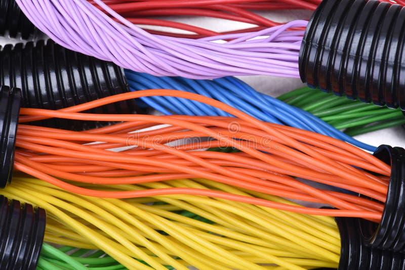 Elektriska kablar i korrugerade plast- rör arkivfoton