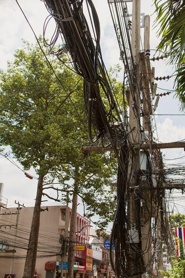 Elektriska kablar och trådar på ett electricpillar i Pattaya Thailand fotografering för bildbyråer