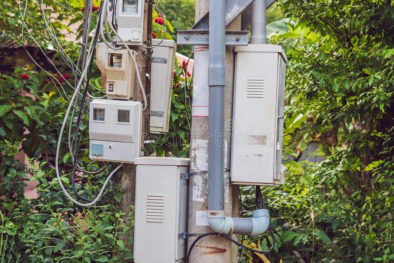 Elektriska meter på pelaren i Asien royaltyfri bild