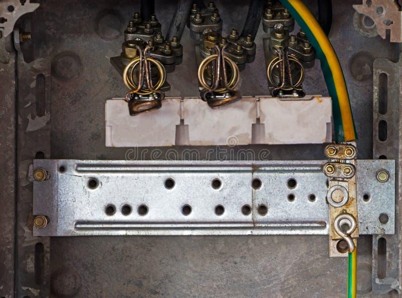 Elektriska panel och kablar i gammal fabrik royaltyfria bilder