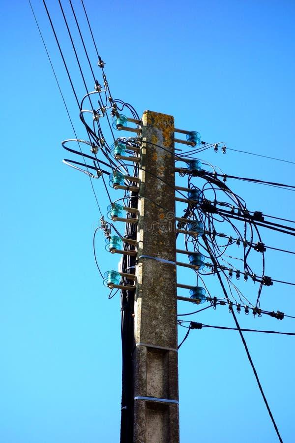 Elektriska Pole med gamla Glass isolatorer arkivbild