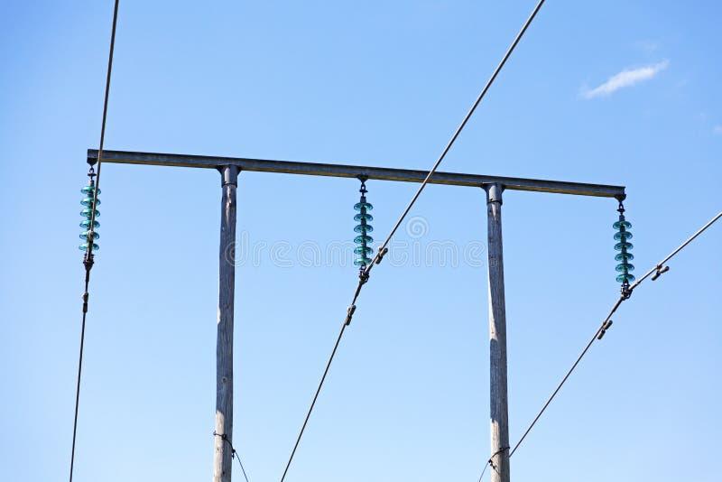 Elektriska poler med trådar och transformatorer royaltyfri bild