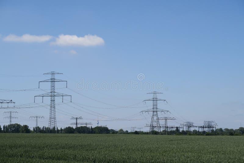 Elektriska pyloner för stål i ett lantligt landskap royaltyfri bild
