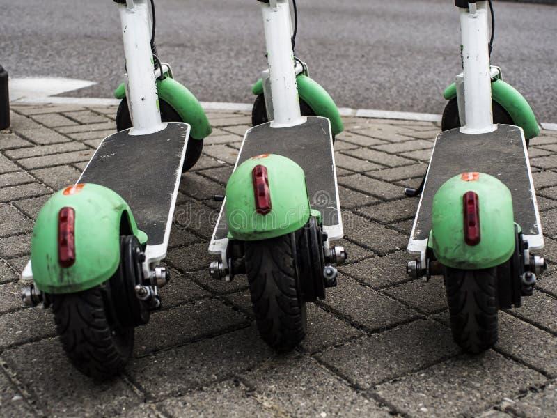 elektriska stads- sparkcyklar royaltyfri bild