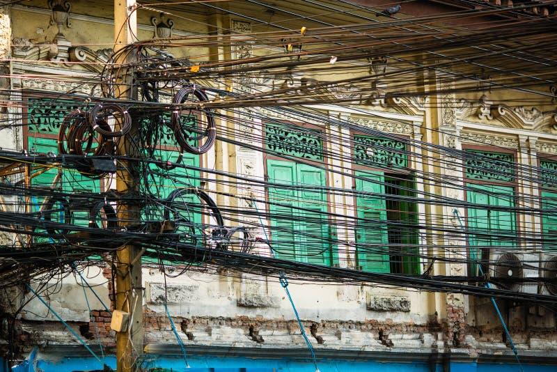 Elektriska trådar för Plexus på gatorna av Bangkok arkivbild
