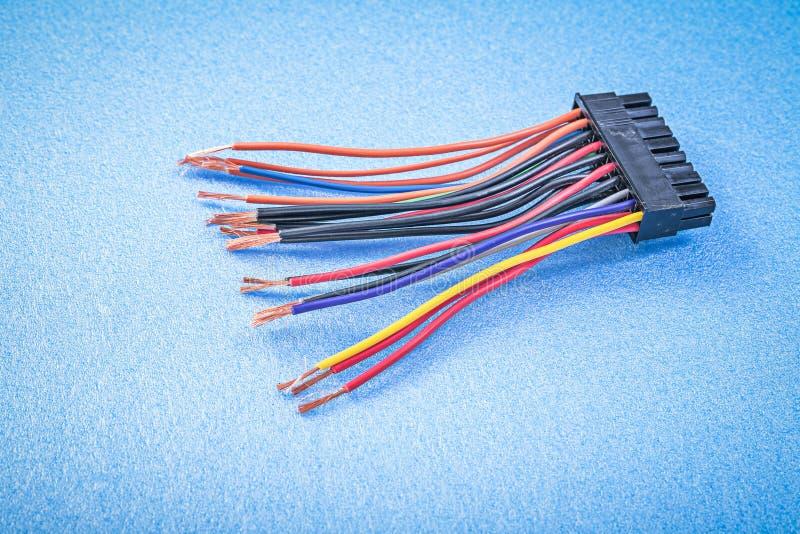 Elektriska trådar på blått ytbehandlar direkt ovanför elektricitetsconcep royaltyfri foto