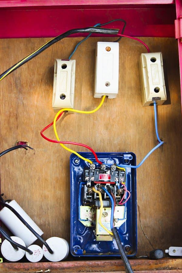 Elektriska trådar, säkringsaskar och kabel som fästas till motorstartknappen arkivbild