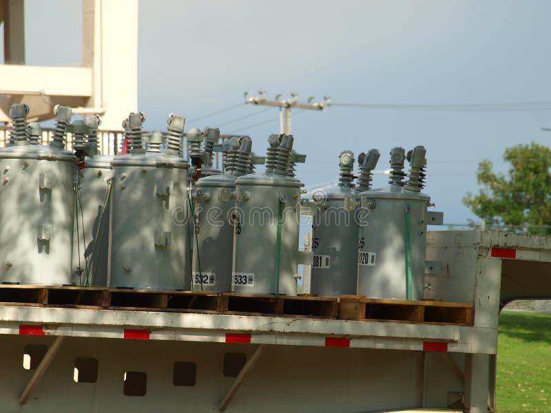 Elektriska transformatorer ankommer på byggnadsställningområde royaltyfria foton