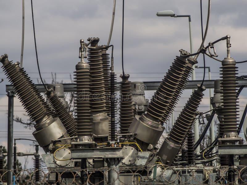 Elektriska transformatorer av järnväg linjer arkivfoto