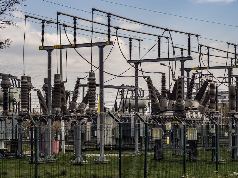 Elektriska transformatorer av j?rnv?g linjer royaltyfri foto