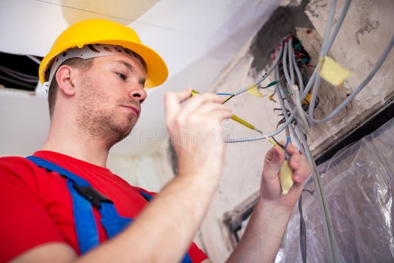 Elektriskt arbete under kontroll av en kompetent tekniker royaltyfri fotografi