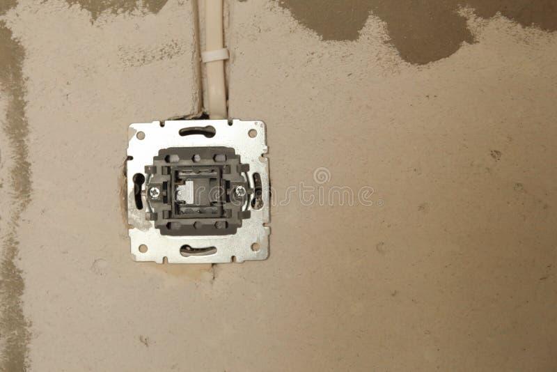 Elektriskt hålighethål på betongväggen Under den elektriska håligheten för konstruktion royaltyfria bilder