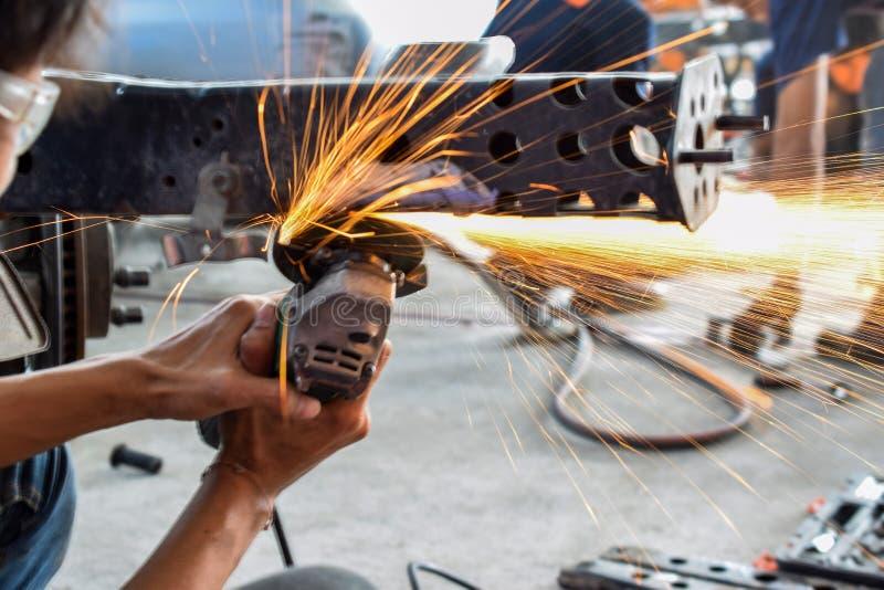 Elektriskt hjul som maler på chassi av en bil arkivfoton
