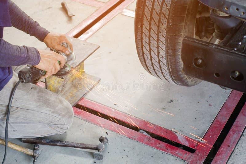 Elektriskt hjul som maler på stålstrukturen arkivfoton
