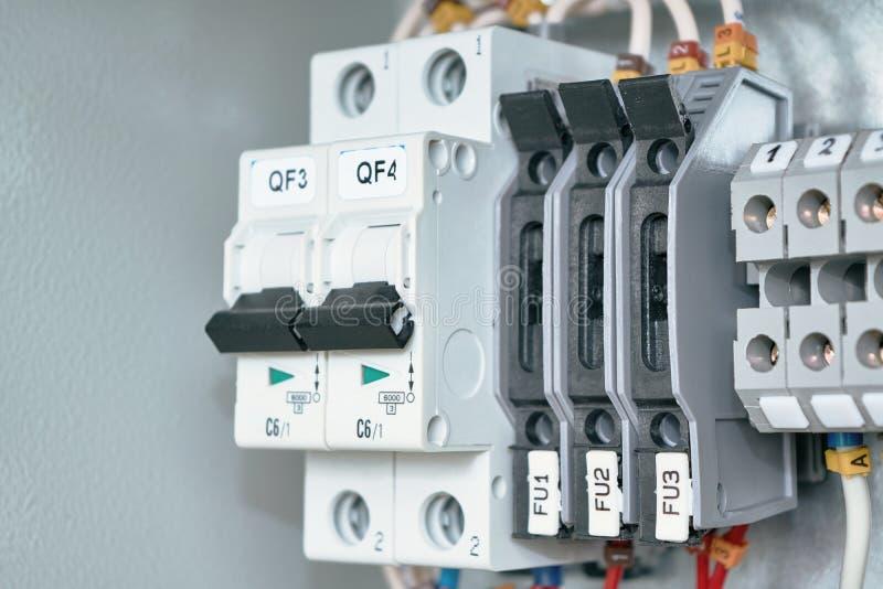 Elektriskt kabinett med strömkretssäkerhetsbrytare, terminaler med säkerhetsbrytare och bussningsterminaler royaltyfri foto