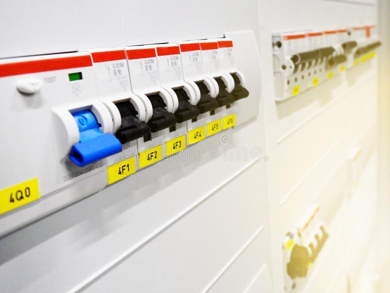 Elektriskt kabinett med strömkretssäkerhetsbrytareterminaler med säkerhetsbrytare arkivbilder