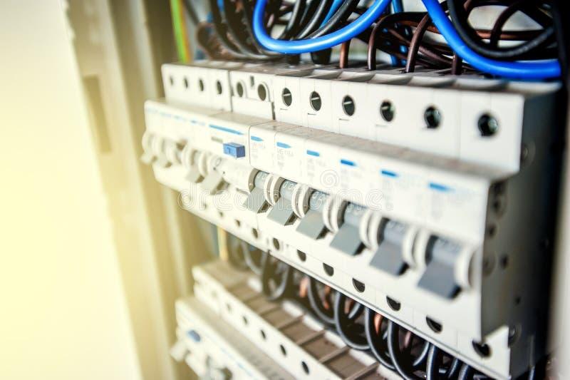 Elektriskt kabinett med strömkretssäkerhetsbrytareterminaler med säkerhetsbrytare royaltyfria bilder