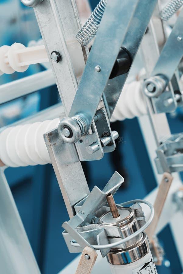 Elektriskt kontaktdon f?r h?g sp?nning Metallmonteringar och keramiska isolatorer royaltyfria foton