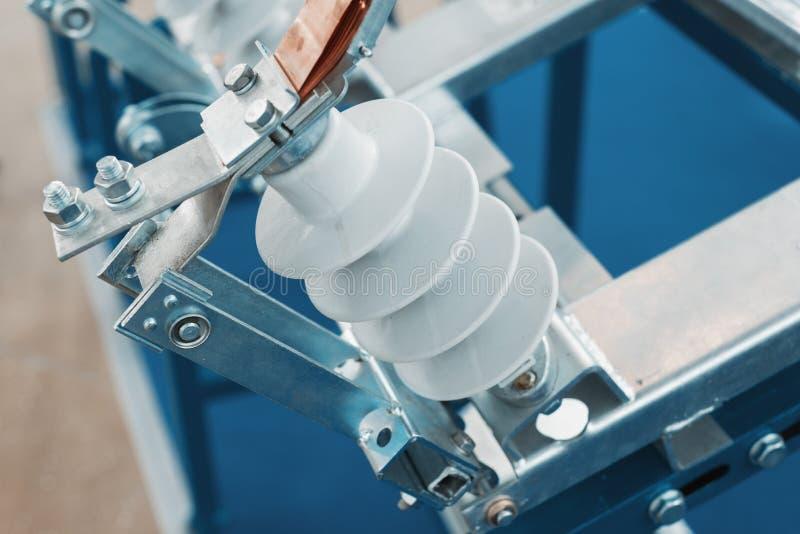 Elektriskt kontaktdon f?r h?g sp?nning Metallmonteringar och keramiska isolatorer arkivfoto