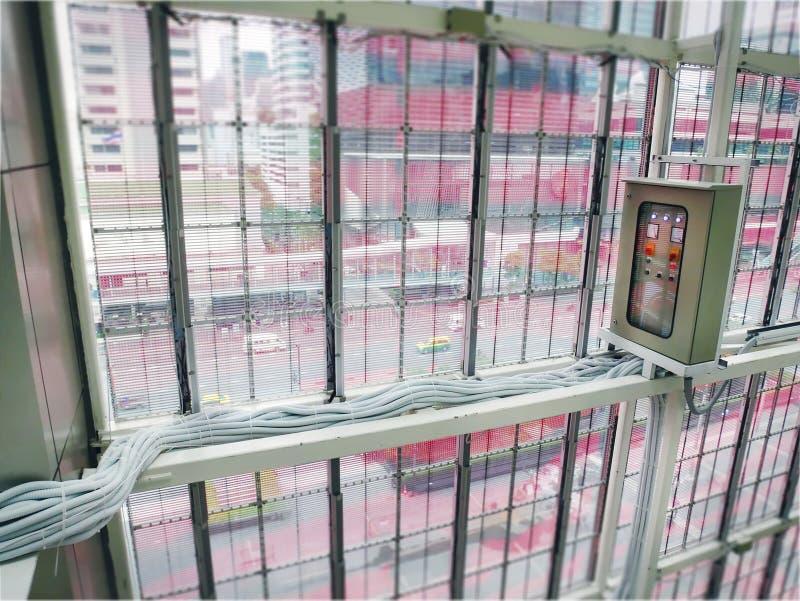 Elektriskt kontrollkabinett med ledningsnätkablar inom byggnaden royaltyfri foto