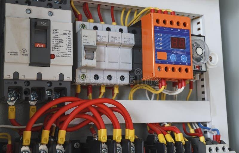 Elektriskt ledningsnät för närbild med tidmätaren och contactors arkivbild