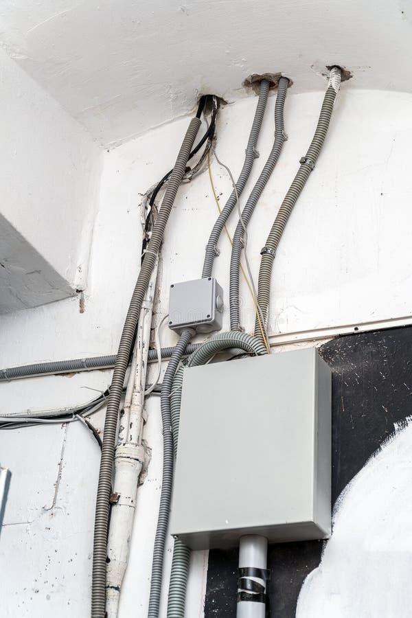 Elektriskt ledningsnät, telefontrådar, olika kablar och en kommunikation boxas royaltyfri fotografi