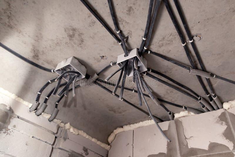 Elektriskt ledningsn?t f?r yrkesm?ssigt utkast i hus eller l?genhet under reparationen, installation av f?reningspunktasken, h?g  royaltyfria bilder