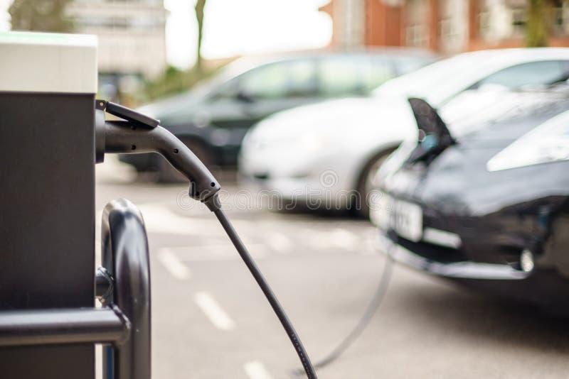 Elektriskt medel som laddar på gatan, i UK royaltyfria bilder