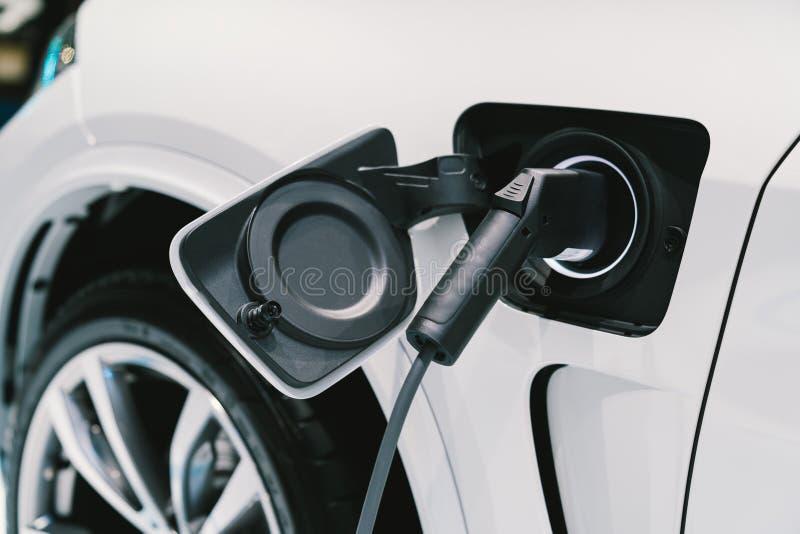 Elektriskt medeluppladdningssystem EV-bränsle för avancerad hybrid- bil Modern bilteknologi eller avancerat energibegrepp royaltyfri fotografi