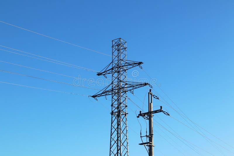 Elektriskt nätverk av hög spänning Trans. av elektricitet till och med denspänning linjen Metalltorn med trådar och kablar royaltyfri bild