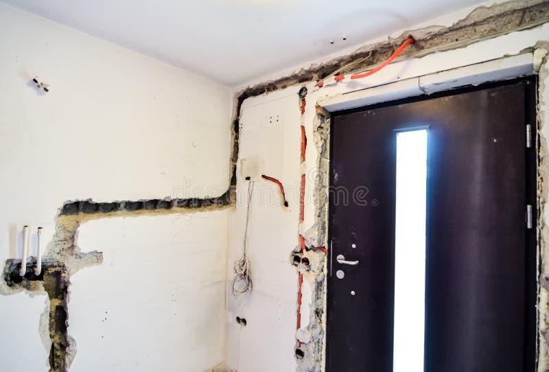 Elektriskt renoveringarbete på det gamla huset som installerar ny makt lin royaltyfria foton
