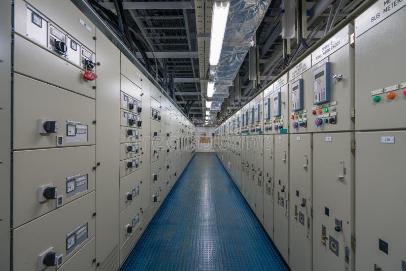Elektriskt rum för strömbrytarekugghjul med den elektrisk kontrollbordet och utrustning fotografering för bildbyråer