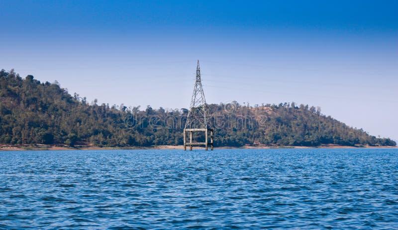 Elektriskt torn på sjön, Silvassa, Indien royaltyfria bilder