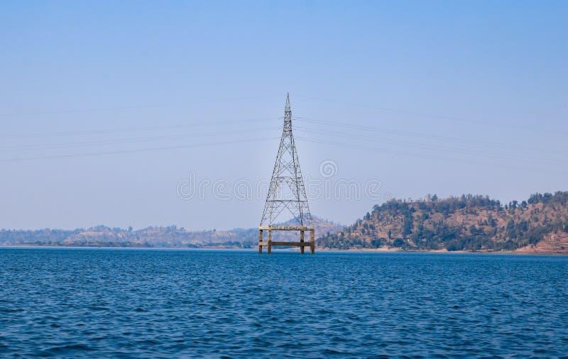 Elektriskt torn på sjön, Silvassa, Indien arkivfoton