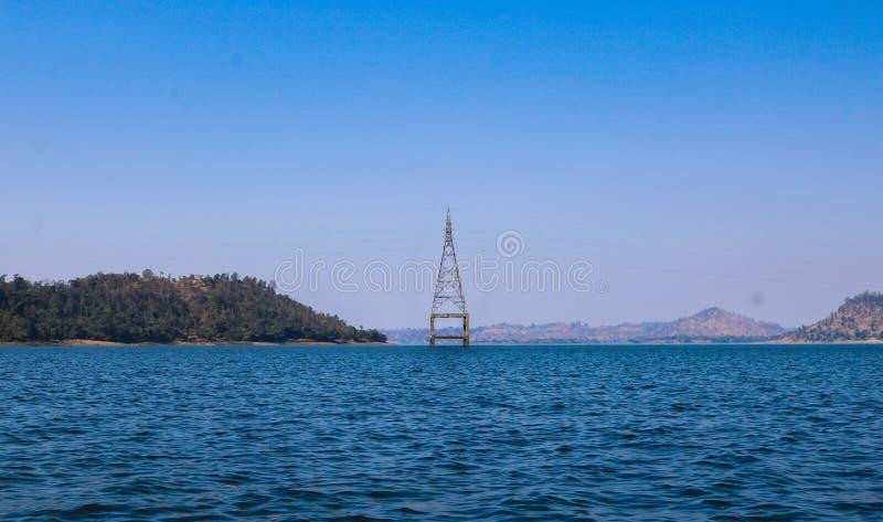 Elektriskt torn på sjön, Silvassa, Indien royaltyfri foto