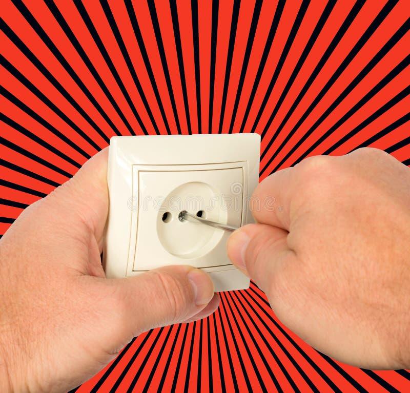 elektriskt uttag Arbetarmanelektrikeren skruva av framsidaplattan av propphåligheten royaltyfri fotografi