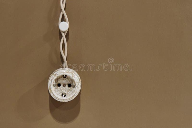 Elektriskt uttag i en enkel vägg arkivbilder